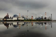 Zone industrielle à Kawasaki, près de Tokyo. La confiance des grandes entreprises industrielles japonaises s'est détériorée au cours des trois derniers mois, en raison notamment d'une baisse de la demande en provenance de Chine. /Photo prise le 31 août 2015/REUTERS/Thomas Peter