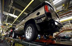 Le Yukon, SUV de General Motors, dans une usine au Texas. Les trois grands constructeurs automobiles américains, General Motors, Ford et la branche locale de Fiat Chrysler Automobiles, ont fait état jeudi d'une forte hausse de leurs ventes en septembre, la baisse des prix à la pompe comme des taux d'intérêts soutenant la demande de SUV et de pick-up. /Photo prise le 9 juin 2015/REUTERS/Mike Stone