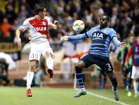 Bernardo Silva (E), do Monaco, disputa bola com Danny Rose (D), do Tottenham, durante partida pela Liga Europa, em Monaco. 01/10/2015 REUTERS/Eric Gaillard