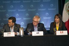 El secretario de Economía mexicano, Ildefonso Guajardo (izquierda), junto al ministro de Comercio de Nueva Zelanda, Tim Groser, y la ministra de Comercio Exterior peruana, Magali Silva, participando en una conferencia de prensa en Lahaina, Maui, 31 de julio de 2015.  REUTERS/Marco Garcia