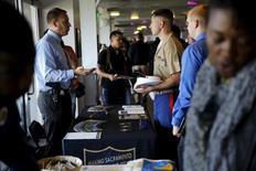 Recrutador da polícia de Sacramento conversa com pessoa em busca de emprego em feira de trabalhos em San Francisco. 25/08/2015 REUTERS/Robert Galbraith