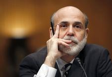 Ben Bernanke juge que trop peu de dirigeants d'entreprise ont fait l'objet de poursuites judiciaires après la crise financière de 2008. L'ancien président de la Réserve fédérale américaine, dont les mémoires sont publiés cette semaine, estime que le département de la Justice et d'autres agences judiciaires américaines ont à l'époque concentré leurs enquêtes et leurs poursuites sur les entreprises financières. /Photo d'archives/REUTERS/Kevin Lamarque