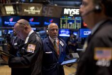 Operadores trabajando en la Bolsa de Nueva York, 22 de septiembre de 2015. Las acciones subían el lunes en la bolsa de Nueva York tras su apertura, luego de que un decepcionante dato de empleo de Estados Unidos divulgado el viernes disminuyó las probabilidades de que la Reserva Federal suba las tasas de interés este año. REUTERS/Brendan McDermid