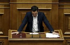 Alexis Tsipras devant le parlement grec. Le ministère des Finances a soumis un projet de budget, caractérisé par les mesures d'austérité réclamées par les créanciers internationaux du pays en échange d'une nouvelle aide. /Photo prise le 5 octobre 2015/REUTERS/Alkis Konstantinidis