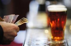 SABMiller, le géant de la bière qui a accepté d'ouvrir des discussions de fusion avec Anheuser-Busch InBev, a fait état mardi d'une hausse de 2% des ventes en volume au deuxième trimestre qui, selon lui, reflète la solidité de son modèle économique à long terme. /Photo d'archives/REUTERS/Tim Wimborne