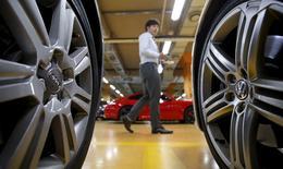 Hans Dieter Pötsch présidera mercredi pour la première fois le conseil de surveillance de Volkswagen, une réunion qui pourrait être l'une des plus importantes de l'histoire du groupe en raison de l'ampleur du scandale de la fraude aux tests anti-pollution. /Photo prise le 2 octobre 2015/REUTERS/Kim Hong-Ji