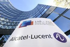 Alcatel-Lucent, qui va  finalement garder ses câbles sous-marins en tant que filiale en propriété exclusive, à suivre mercredi à la Bourse de Paris. /Photo d'archives/REUTERS/Gonzalo Fuentes