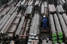 Lingotes de acero en la planta de Lech-Stahlwerke en Augsburgo, Alemania. La producción industrial alemana cayó en agosto a su ritmo más acelerado en un año, mostraron el miércoles datos del Ministerio de Economía, lo que sugiere que la economía germana podría estar perdiendo impulso en el tercer trimestre. REUTERS/Michaela Rehle