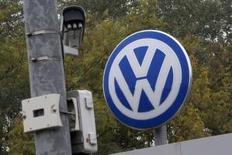El logo de Volkswagen junto a una cámara de seguridad en Wolfsburgo, Alemania, 7 de octubre de 2015. La junta supervisora de Volkswagen celebró el miércoles una reunión de crisis, enfrentada a los plazos impuestos por reguladores alemanes y legisladores estadounidenses para que explique su amaño de las pruebas de emisiones de gases de sus motores diésel y qué está haciendo para lidiar con el escándalo. REUTERS/Axel Schmidt