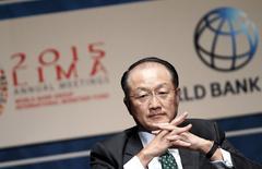 El presidente del Banco Mundial, Jim Yong Kim, en la reunión semestral del BM y el FMI en Lima, oct 7, 2015. El Fondo Monetario Internacional (FMI) y el Banco Mundial invitaron el miércoles al mundo desarrollado a integrar a los migrantes para sostener economías que envejecen, contribuyendo al mismo tiempo a reducir la pobreza y a apuntalar el crecimiento global.  REUTERS/Paco Chuquiure