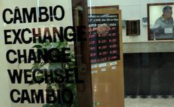 Пункт обмена валют в Сан-Паулу 24 сентября 2015 года. Курс доллара к корзине шести основных валют немного снижается накануне публикации протокола сентябрьского совещания ФРС. REUTERS/Nacho Doce