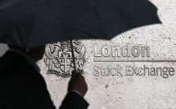 Человек проходит мимо здания Лондонской фондовой биржи 24 августа 2015 года. Европейские фондовые рынки разнонаправленны на фоне повышения котировок фармацевтических компаний и Deutsche Bank. REUTERS/Suzanne Plunkett