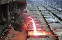 """Расплавленный никель на Надеждинском металлургическом заводе в Норильске 23 января 2015 года. Норильский никель надеется на восстановительный рост цен на никель и металлы платиновой группы """"через годы"""" из-за сокращения инвестиций в новые производственные проекты, сказал в интервью Рейтер директор стратегического маркетинга Норникеля. REUTERS/Polina Devitt"""