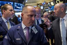 Operadores trabajando en la Bolsa de Nueva York, 7 de octubre de 2015. Las acciones en Estados Unidos iniciaron la sesión del jueves a la baja antes de la publicación de las minutas de la reunión de septiembre de la Reserva Federal. REUTERS/Brendan McDermid