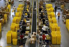 Trabajadores en el centro de bodegas de Amazon en Tracy, EEUU, ago 3, 2015. Amazon.com Inc lanzó el jueves un mercado para artículos hechos a mano que permitirá a los clientes comprar productos elaborados por artesanos de más de 60 países. REUTERS/Robert Galbraith