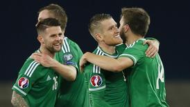 Jogadores da Irlanda do Norte comemoram vitória sobre a Grécia. 8/10/15.  Reuters/Jason Cairnduff