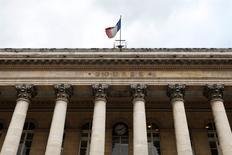 """Le CAC 40 progresse de 0,89% vers 14h00 à la Bourse de Paris et s'apprête à enregistrer sa plus forte progression hebdomadaire depuis la fin novembre 2011 et sa sixième séance consécutive de hausse. Les nouvelles anticipations des marchés qui repoussent à 2016 la première hausse des taux de la Fed sont confortées depuis jeudi soir par les """"minutes"""" du dernier FOMC de la banque centrale américaine. /Photo d'archives/REUTERS/Charles Platiau"""