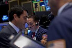 Operadores trabajando en la Bolsa de Nueva York, 5 de octubre de 2015. Los precios de los bonos del Tesoro de Estados Unidos operaban estables el viernes a media sesión tras el fin de una racha alcista en Wall Street vinculada a las minutas de la reunión de septiembre de la Reserva Federal, renovando cierto respaldo de refugio por la deuda estadounidense. REUTERS/Brendan McDermid