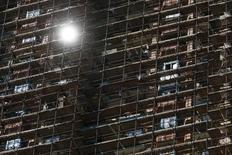 """Дом строящегося комплекса """"Алые паруса"""" в Москве. 5 августа 2015 года. Объем зарегистрированных Росреестром сделок купли-продажи жилья в Москве в третьем квартале 2015 года в годовом выражении снизился на 39 процентов, демонстрируя нарастающее падение спроса на рынке недвижимости, следует из материалов ведомства. REUTERS/Maxim Zmeyev"""