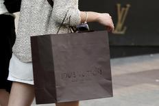 LVMH a fait mieux qu'attendu au troisième trimestre grâce à un rebond de ses ventes de cognac en Chine, tandis que les ventes de sa division phare, la mode-maroquinerie qui loge Louis Vuitton, ont été inférieures aux attentes. Le chiffre d'affaires du numéro un mondial du luxe a totalisé 25,288 milliards d'euros sur neuf mois. /Photo d'archives/REUTERS/Philippe Wojazer