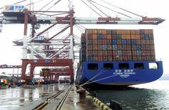 Les exportations de la Chine libellées en yuans se sont contractées de 1,1% sur un an en septembre, tandis que les importations ont chuté de 17,7%. /Photo prise le 1er septembre 2015/REUTERS