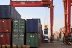 Un container es cargado en un camión, en un puerto en Rizhao, provincia de Shandong, 12 de agosto de 2015. Las exportaciones chinas cayeron menos que lo esperado en septiembre, y las cifras mensuales incluso mostraron señales de una leve recuperación en el verano boreal, pero un desplome de las importaciones podría mantener la presión sobre las autoridades para que hagan más para evitar una desaceleración económica más severa. REUTERS/Stringer