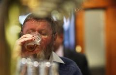 Homem bebendo cerveja em bar em Sydney.  21/06/2011    REUTERS/Tim Wimborne