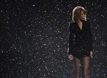 Taylor Swift durante apresentação em Londres.  25/02/2015   REUTERS/Toby Melville