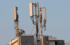 Les enchères entre les opérateurs télécoms sur la bande 700 Megahertz débuteront le 16 novembre. Les quatre grands opérateurs, Orange, Numericable-SFR, Free (Iliad) et Bouygues Telecom, se sont portés candidats à ces enchères afin de développer leurs réseaux 4G, puis 5G. /Photo d'archives/REUTERS/Eric Gaillard