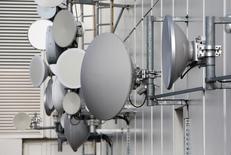 Diversos tipos de antenas direccionales en el techo de un rascacielos en Berlín, nov 5, 2013. Los reguladores deberían tener una visión más favorable de la consolidación del mercado de telecomunicaciones en Europa, dijeron el martes los presidentes ejecutivos de las 10 mayores empresas del sector en el continente, reflejando las preocupaciones sobre potenciales vetos de algunos acuerdos. REUTERS/Fabrizio Bensch