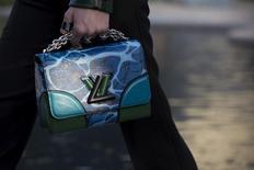 Le ralentissement de Louis Vuitton au troisième trimestre s'explique par la baisse des achats de la clientèle chinoise liée à la chute de la Bourse de Shanghai, a fait savoir mardi le groupe LVMH. /Photo prise le 6 mai 2015/REUTERS/Mario Anzuoni