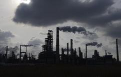НПЗ компании Sinopec в Циндао. 9 февраля 2014 года. Китай увеличивает импорт нефти и может выйти на рекордный объем в конце года за счет спроса со стороны частных НПЗ и пополнения стратегических запасов. REUTERS/China Daily