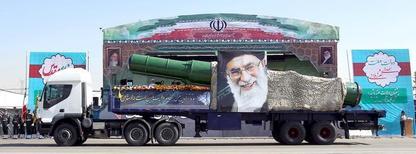 Военный грузовик с ракетой и портретом аятоллы Али Хаменеи на параде в Тегеране. 22 сентября 2015 года. Испытание ракеты, о котором в минувшие выходные рассказал Иран, являетсянарушением резолюции Совета Безопасности ООН, и Вашингтон намерен поднять этот вопросв Организации Объединенных Наций,заявил Государственный департамент США во вторник. REUTERS/Raheb Homavandi/TIMA