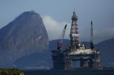Imagen de archivo de una plataforma petrolera en la bahía Guanabara en Niteroi, Brasil,  abr 20, 2015. El regulador de la industria petrolera en Brasil recortó el miércoles su previsión para la producción de crudo del país a 4 millones de barriles por día (bpd) en 2025 o 2026 desde los 4,5 millones de bpd en 2022. REUTERS/Pilar Olivares