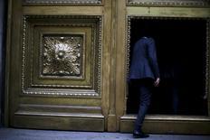 Una persona ingresando al edificio del Banco Central de Chile en Santiago, Sep 1, 2015. Las restricciones en la oferta de créditos en Chile aumentaron en el tercer trimestre en comparación a los tres meses previos, mientras la demanda se percibió debilitada para la mayoría de los segmentos de financiamiento, reveló el miércoles un sondeo del Banco Central.   REUTERS/Ivan Alvarado