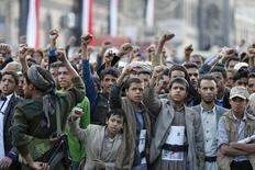 Сторонники повстанцев-хуситов на демонстрации в Сане 14 декабря 2015 года. Контролирующие обширные районы Йемена повстанцы-хуситы в четверг   запустили баллистическую ракету по авиабазе ВВС Саудовской Аравии, отомстив за атаки возглавляемой Эр-Риядом коалиции, сообщили источник среди повстанцев и лояльный им телеканал. REUTERS/Khaled Abdullah
