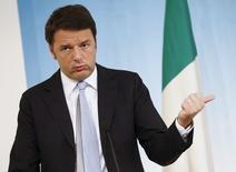 Le gouvernement italien a adopté jeudi le budget pour 2016, qui inclut des baisses d'impôts et a été présenté par le président du Conseil, Matteo Renzi (photo), comme porteur de croissance. /Photo prise le 15 février 2015/REUTERS/Tony Gentile