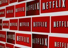 El logo de Netflix en una ilustración fotográfica tomada en Encinitas, California, 14 de octubre de 2014. Las acciones de Netflix caían con fuerza el jueves después de que el servicio de transmisión de videos por internet dijo en la víspera que en el tercer trimestre sumó menos suscriptores en Estados Unidos de lo que esperaba. REUTERS/Mike Blake/Files