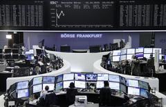 Operadores en la bolsa alemana de comercio en Fráncfort, oct 15, 2015. Las acciones europeas subieron el jueves, recuperándose de tres días de bajas, impulsadas por los papeles de Casino y Unilever después de que ambas compañías reportaron resultados trimestrales. REUTERS/Staff/remote
