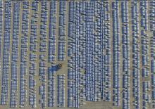 Voitures neuves sur un parking de la ville de Changchun, province de Jilin. La Chine vise une capacité de production de 30 millions d'automobiles par an d'ici à 2020, selon l'Association chinoise des constructeurs automobiles. /Photo prise le 14 octobre 2015/REUTERS