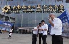 La croissance économique de la Chine devrait être tombée au troisième trimestre sous 7% en rythme annuel pour la première fois depuis la crise financière mondiale, un ralentissement qui plaiderait pour de nouvelles mesures de soutien mais risquerait d'ajouter à l'inquiétude des investisseurs. /Photo prise le 15 octobre 2015/REUTERS/Bobby Yip