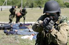 Киргизский спецназовец на антитеррористических учениях близ Бишкека. 23 мая 2007 года. МВД Киргизии сообщило, что силовики застрелили при задержании одного из группы бежавших из заключения исламистов, осужденного за терроризм, но трое остаются на свободе. REUTERS/Vladimir Pirogov