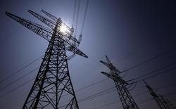 ЛЭП недалеко от АЭС EnBW в Филипсбурге. 5 июля 2011 года. Третий по величине энергоконцерн Германии EnBW рассматривает возможность расширения газового бизнеса за счет обмена активами примерно на 1,5 миллиарда евро ($1,7 миллиарда), чтобы компенсировать падение доходов от производства электроэнергии, сказал источник, знакомый со сделкой. REUTERS/Kai Pfaffenbach