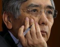 El gobernador del Banco de Japón, Haruhiko Kuroda, asiste a una conferencia de prensa en Tokio, 7 de octubre de 2015. El gobernador del Banco de Japón, Haruhiko Kuroda, dijo el viernes que los precios del consumidor se están incrementando en más de 1 por ciento si se excluyen los alimentos y la energía, lo que muestra que la tendencia inflacionaria está mejorando. REUTERS/Issei Kato