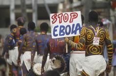 Актеры проводят кампанию против Эболы на улице Абиджана. 25 сентября 2014 года. Всемирная организация здравоохранения (ВОЗ) зафиксировала два новых случая заражения вирусом Эбола после двух недель, когда число заболевших в Западной Африке не росло. REUTERS/Luc Gnago