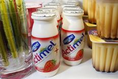 Продукция Danone на полках магазина в Париже 20 февраля 2014 года. Квартальные продажи французской Danone выросли на 4,6 процента, превзойдя прогнозы, за счет высокого спроса на детское питание и заметного роста в сегменте молочной продукции. REUTERS/Benoit Tessier