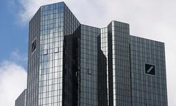 La sede de Deutsche Bank, en Francfort, 29 de octubre de 2013. Las acciones de Deutsche Bank subían el lunes tras el exitoso recibimiento por parte de los inversores del plan del presidente ejecutivo John Cryan de reestructurar el mayor banco alemán, eliminar cargos ejecutivos y recortar costos. REUTERS/Ralph Orlowski/Files