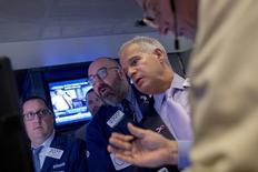 Operadores trabajando en la Bolsa de Nueva York, 16  de octubre de 2015. Los índices Dow Jones y S&P 500 bajaban el lunes tras un descenso en los precios del petróleo y una serie de débiles resultados trimestrales liderada por Morgan Stanley, pero una recuperación en las acciones de empresas de salud y biotecnológicas hacía avanzar al Nasdaq Composite. REUTERS/Brendan McDermid