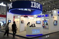 IBM a publié lundi un chiffre d'affaires en baisse - à 2,96 milliards de dollars (2,61 milliards d'euros) - pour le quatorzième trimestre consécutif, conséquence de la vigueur du dollar et de la vente de certaines activités à faibles marges. Le groupe a également revu en baisse sa prévision de bénéfice annuel. /Photo d'archives/REUTERS/China Daily