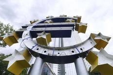 Una escultura de un símbolo del euro desmontada delante de la antigua sede del BCE en Fráncfort, 8 julio de 2015. Los estándares de crédito para empresas de la zona euro se relajaron más de lo previsto en el tercer trimestre de 2015 mientras los bancos reciben aluviones de dinero del Banco Central Europeo destinado a los clientes, según un sondeo del organismo emisor. REUTERS/Ralph Orlowski